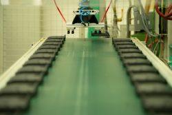 Spritzgießmaschine selektiert Teile